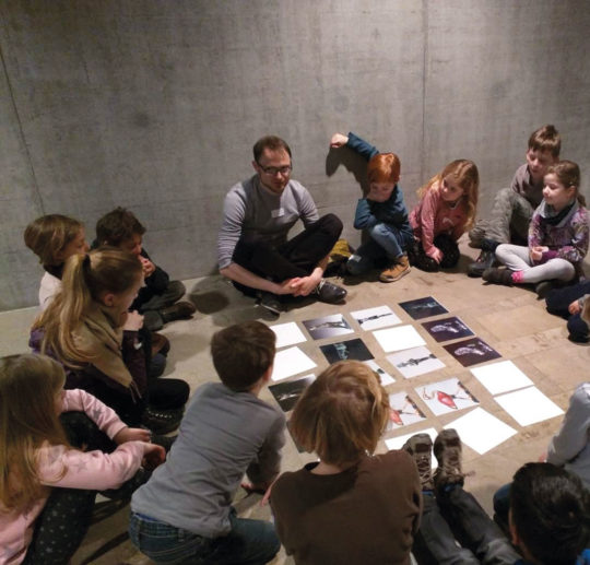 Kindergruppe beim Götter-Memory spielen
