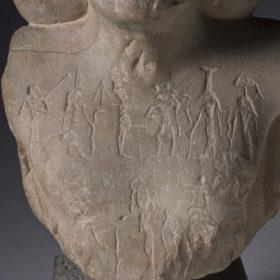 Brust einer Statue guerisseuse mit Hieroglypheninschrift