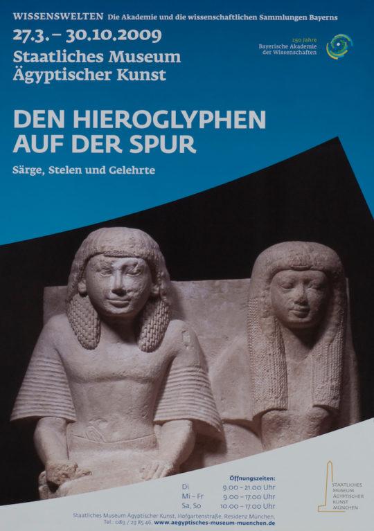 Plakat der Ausstellung Den Hieroglyphen auf der Spur