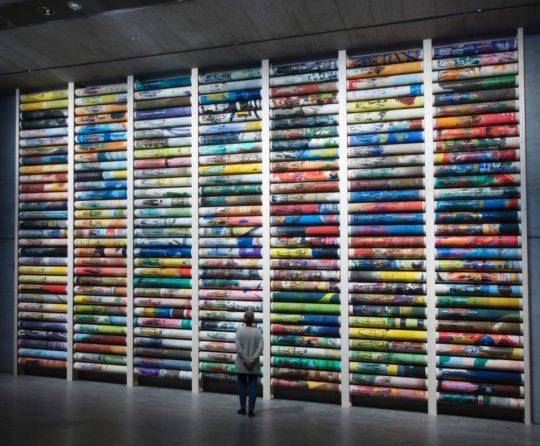 Das überdimensionale Kunstwerk im Ausstellungsraum.