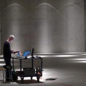 Mark Polscher komponiert im Ausstellungsraum