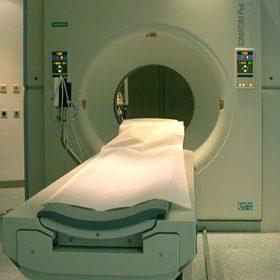 13:10 - Durch diesen Computer-Tomographen wird der Goldsarg gleich geschickt werden. (Immediately the golden coffin will be put through this computer scanner.)