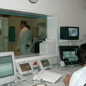 14:30 - Im nebenliegenden Kontrollraum kommen die ersten Daten auf den Bildschirm. (In the adjacent room first data show up on the screen.)