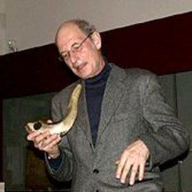 Der Klang des Schofars, geblasen von Peter Hertz, markiert den Beginn der Ausstellung.