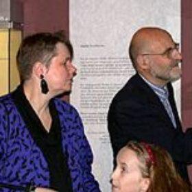 Museumsdirektorin Sylvia Schoske (mit Tochter Coco) im Gespräch mit Otmar Keel vor den Objekten der Ausstellung.