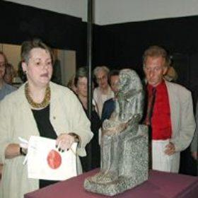 Dr. Sylvia Schoske und ihr Stellvertreter Dr. Alfred Grimm bei der anschließenden Präsentation einer Neuerwerbung des Freundeskreises.