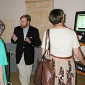 Dr. Holger Schulten - einer der Produzenten der WebSite (rex-publica) - erläutert interessierten Mitgliedern den Internet-Auftritt des Museums.