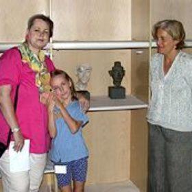 Dr. Schoske (mit Tochter Coco) und Dr. Catullo vom Palazzo Grassi im Packraum