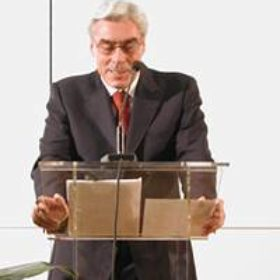 Werner Schmidt, Vorsitzender des Vorstands der Bayerischen Landesbank, begrüßte in seiner Funktion als neuer Vorsitzender des Freundeskreises die Mitglieder und verglich die Jubiläumsfeier mit einer Silberhochzeit, verbunden mit der Hoffnung auf eine Goldene bei bester Gesundheit. In seiner Ansprache würdigte er auch die langjährige engagierte Arbeit seines Vorgängers Dr. Hubert Schmid, der im März unerwartet verstorben war und den Verein nahezu 25 Jahre lang geführt hatte.