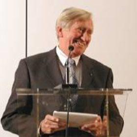 """Stürmischen Beifall erntete Hans Zehetmair, Staatsminister für Wissenschaft, Forschung und Kunst für sein Grußwort, in dem er die Pläne für den langersehnten Neubau des Ägyptischen Museums mit dem Hinweis auf die Planungsmittel bestätige, die in den Staatshaushalt 2003 eingestellt würden. Und er ließ keinen Zweifel daran, dass das nächste runde Jubiläum, das 30. nämlich, schon im neuen Museum begangen werden könnte. """"Aber dann isch a Ruah"""" mahnte der Minister zum Abschluß mit Blick auf die Direktorin."""