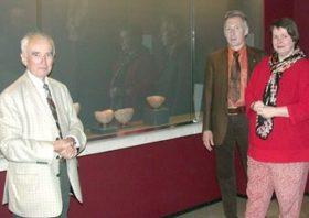 Prof. Dr. Lech Krzyzaniak, Dr. Sylvia Schoske und Dr. Alfred Grimm mit den jüngsten Neuzugängen, die gleichzeitig zu den ältesten Stücken im Museum zählen