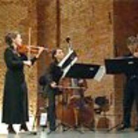 Mitglieder des Münchner Kammerorchesters Andrea Schumacher an der Violine, Romuald Kozik an Violine und Viola sowie Veronika Pápai am Kontrabaß.