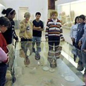 ... dann geht es weiter zur Rekonstruktion eines Frühzeitgrabes mit Funden aus der Münchner Ostdelta-Grabung ...