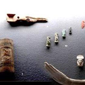 Oktober 2005: Neueinrichtung von Vitrinen. In den vergangenen Wochen sind eine Reihe von Vitrinen vor allem in Teil II des Museums neu eingerichtet worden. Sie wurden zum größten Teil mit den Objekten bestückt, die zum Teil seit mehr als zwei Jahren von verschiedenen Ausstellungen zurückgekommen sind. Dabei wurden auch einige Neuerwerbungen erstmals in die Dauerausstellung integriert. Komplett neu gestaltet wurde der bisherige kleine Nubien-Raum, der nun der ägyptischen (1. Jahrtausend v.Chr.) gewidmet ist. Dabei werden folgende Themenbereiche präsentiert: Die Götterwelt Neue Vitrine - Götterwelt Denkmäler der 25.-30. Dynastie Neue Vitrine - Denkmäler der 25.-30. Dynastie Jenseitsglauben Neue Vitrine - Jenseitsglauben Ebenso neu eingerichtet wurden sämtliche Pultvitrinen im östlichen Gang. Hier eine kleine Auswahl: Kosmetik
