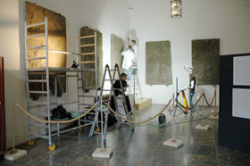 Restaurierungsarbeiten an den Reliefs