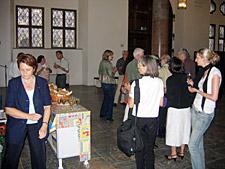 Besucher der Ausstellungseröffnung