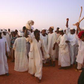 Fest in der Wüste 1. Dezember 2006, Tanz der lokalen Mitarbeiter / Feast in the desert, Naga Dec. 1st 2006, dance of the local workers