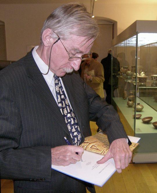 Prof. Wildung unterzeichnet die Publikation zur Berliner Grabung