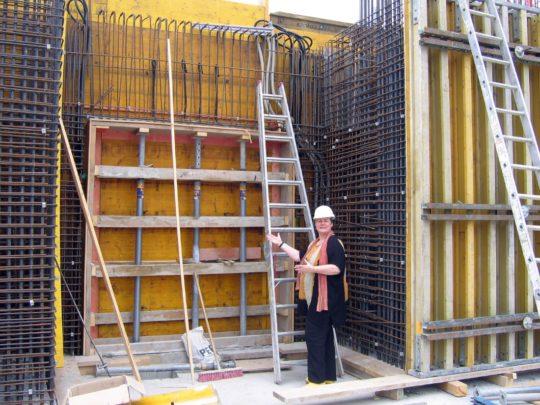 Frau Schoske vor dem zukünftigen Eingang Frau Schoske vor dem zukünftigen Eingang