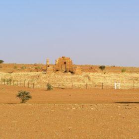 Gras-Teppich um den Amun-Tempel