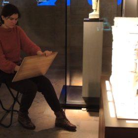 Zeichnerin im Museum