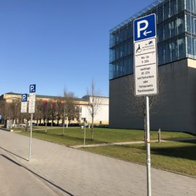 Behinderten-Parkplatz vor dem Museum