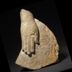 Fragment einer königlichen Beterstatue