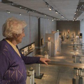 Alte Dame im Museum