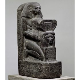 Kniefigur des Architekten Senenmut mit Symbol der Göttin Hathor