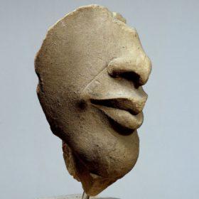 Gesichtsfragment einer Kolossalstatue des Pharao Echnaton