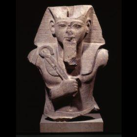 Oberteil einer Sitzfigur des Königs Ramses II. mit Krummstab und Wedel