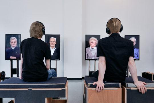 Menschen sitzen vor Bildschirmen