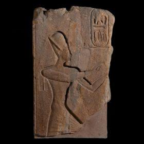 Tempelrelief: Pharao Ramses II. beim Gebet