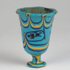 Kelch in Gestalt einer Lotusblüte mit dem Thronnamen des Pharao Thutmosis III.