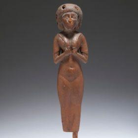 Figur einer nubischen Amme mit einem Kind im Tuch auf dem Rücken
