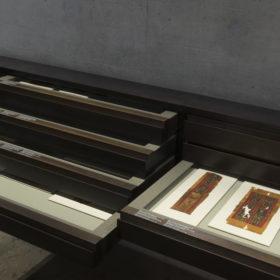 Schubladen mit koptischen Stoffen im Raum Nach den Pharaonen