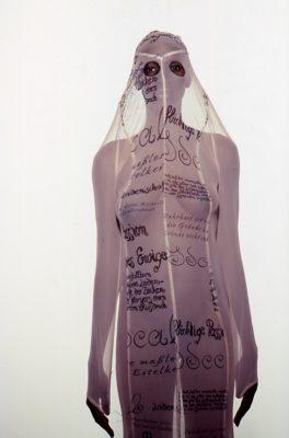 Frau in durchscheinendem, beschrifteten Kleid
