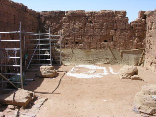 Gerüst für die Festigung der Wände des Löwentempels