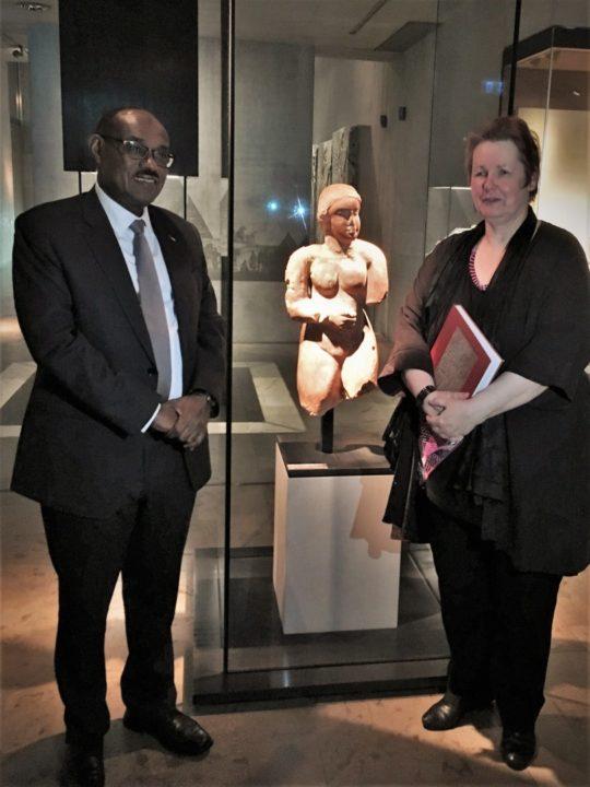 S.E. Dr. Al-Dirdiri Mohamed Ahmed, Auu00dfenminister der Republik Sudan und Dr. Sylvia Schoske neben der u201cMeroitischen Venusu201d.