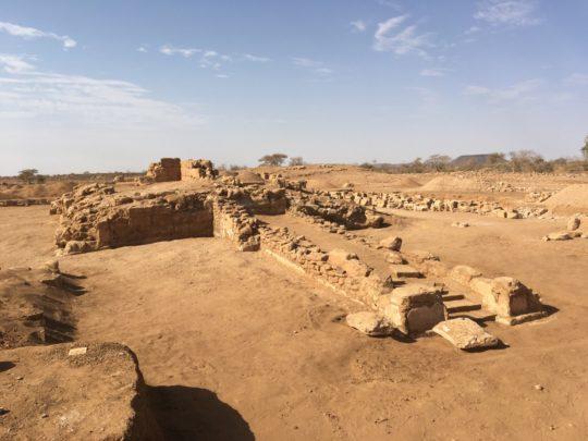 Tempel 1200 mit vorgelagerter Rampe