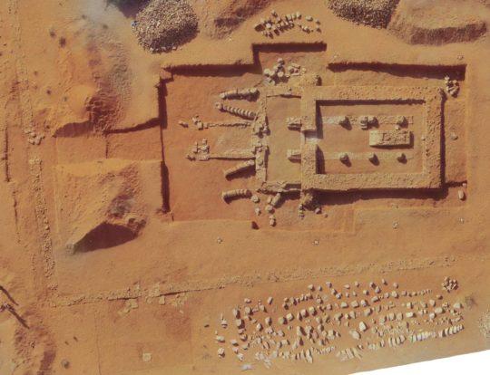 Tempel 700 mit vorgelagerter Rampe