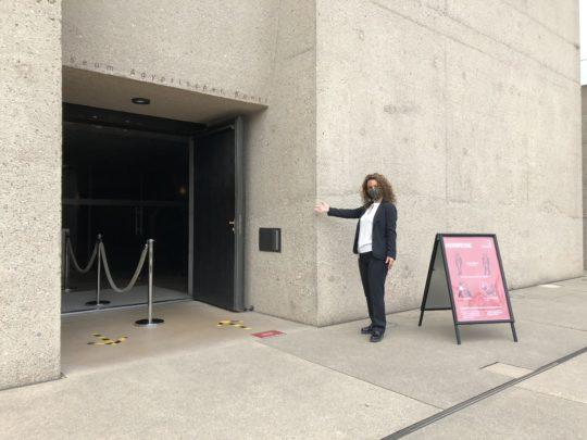 Museumseingang mit freundlicher Aufseherin