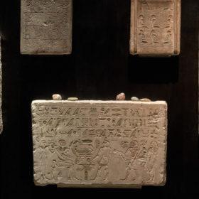 """Intervention Ausstellung """"Adam, wo bist du?"""", Steinchen auf einer altägyptischen Stele"""