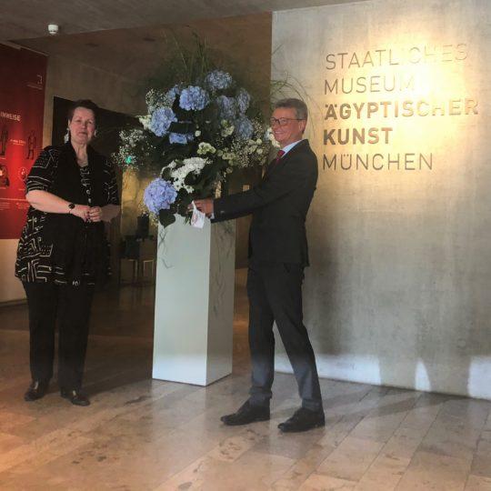 Kunstminister Bernd Sibler überreicht Museumsdirektorin Schoske einen Blumenstrauß
