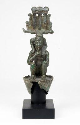 Bronzefigur eines jugendlichen Sonnengottes, der auf einer Lotosblüte sitzt
