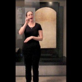 Eine Frau spricht in Gebärdensprache