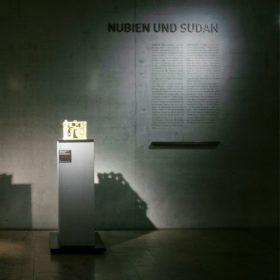 Blick auf den Wandtext und Braille-Leiste im Raum Nubien