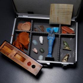 Ein Koffer voller Repliken altägyptischer Objekte zum Anfassen