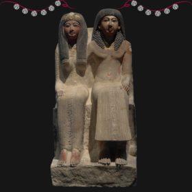 Statue von einer Frau und einem mann, die nebeneinander sitzen