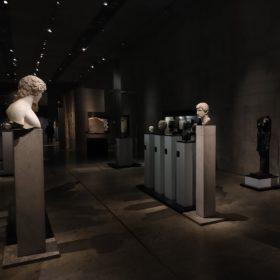 Blick in die Dauerausstellung mit den Statuenköpfen von Antinoos und Hadrian